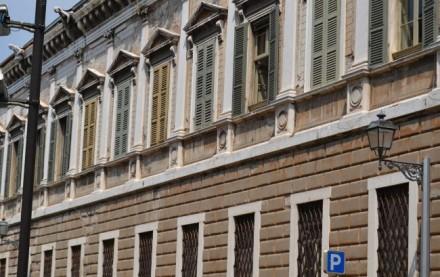 Imponente palazzo in Piazza Tebaldo Brusato