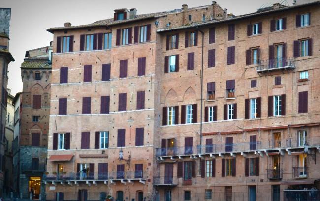 uno dei palazzi della splendida piazza di Siena